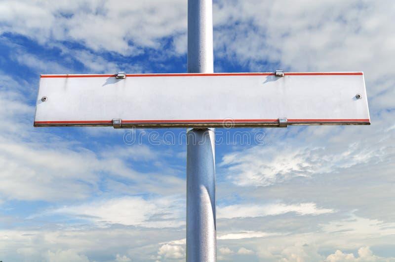 Señal de tráfico vacía del tráfico contra el cielo azul nublado fotografía de archivo