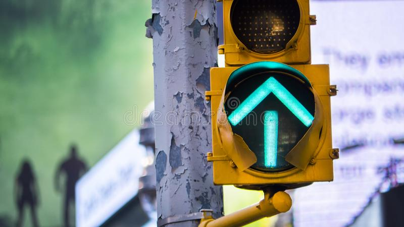 Señal de tráfico verde de la flecha en New York City fotos de archivo