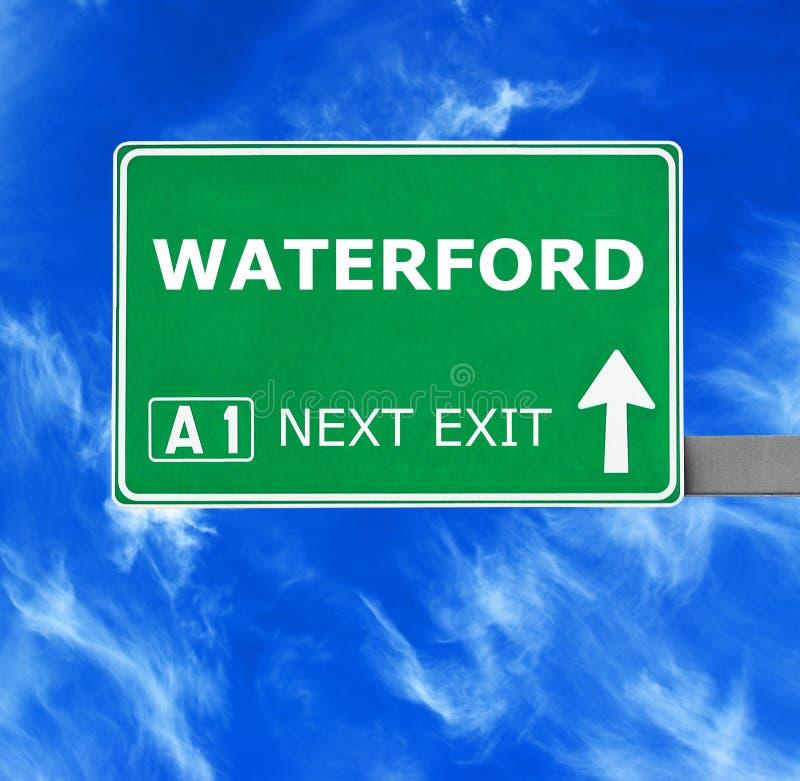 Señal de tráfico de WATERFORD contra el cielo azul claro foto de archivo