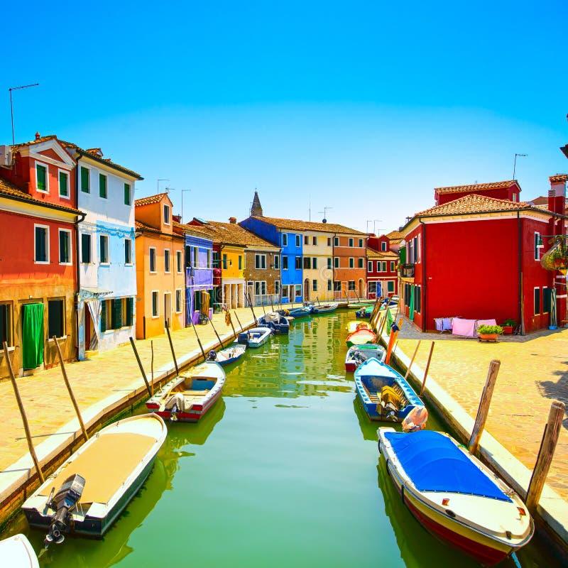 Señal de Venecia, canal de la isla de Burano, casas coloridas y barcos, foto de archivo