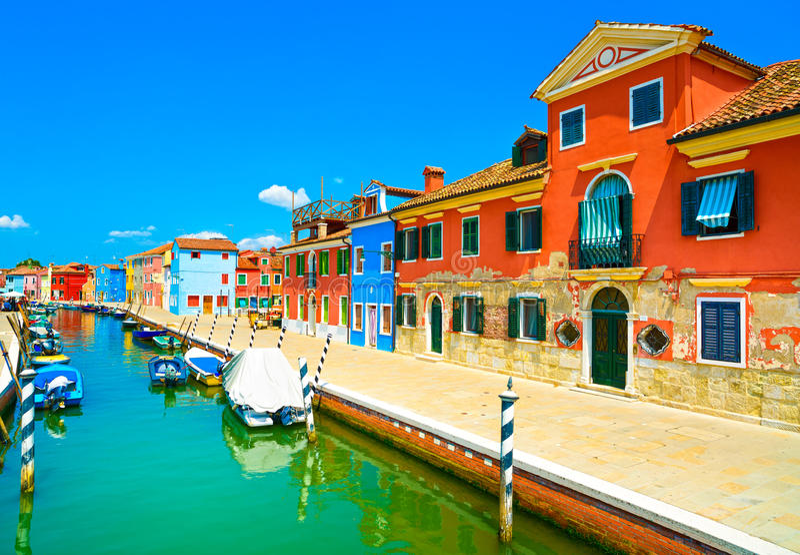 Señal de Venecia, canal de la isla de Burano, casas coloridas y barcos, imagen de archivo