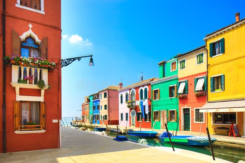 Señal de Venecia, canal de la isla de Burano, casas coloridas y barcos, Italia foto de archivo