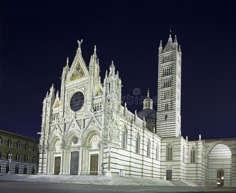 Señal del Duomo de la catedral de Siena, foto de la noche. Italia imágenes de archivo libres de regalías