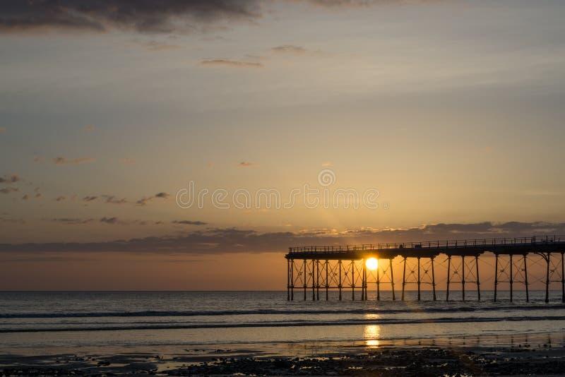 Señal del embarcadero de Saltburn en la salida del sol fotos de archivo libres de regalías