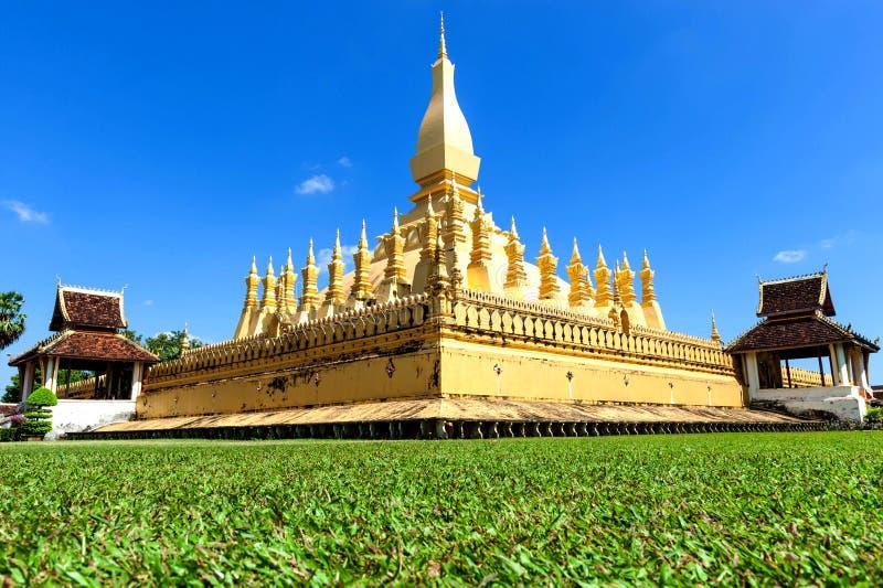 Señal del viaje de Laos, wat de oro Phra de la pagoda ese Luang en Vientián imagen de archivo