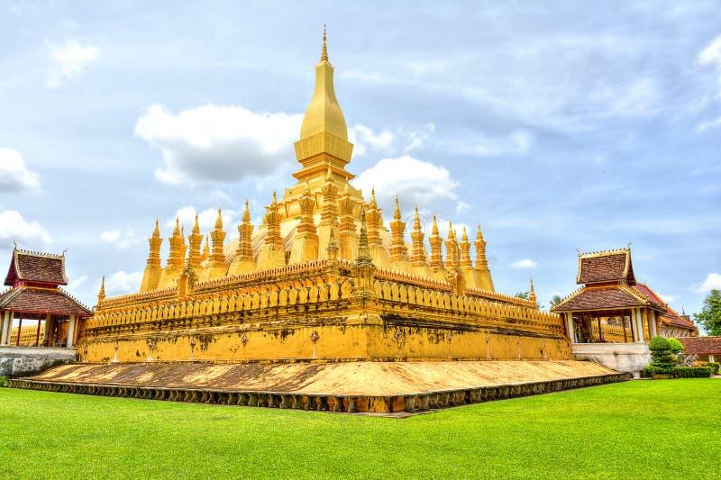 Señal del viaje de Laos, wat de oro Phra de la pagoda ese Luang en Vientián Templo budista Destino turístico famoso en Asia foto de archivo