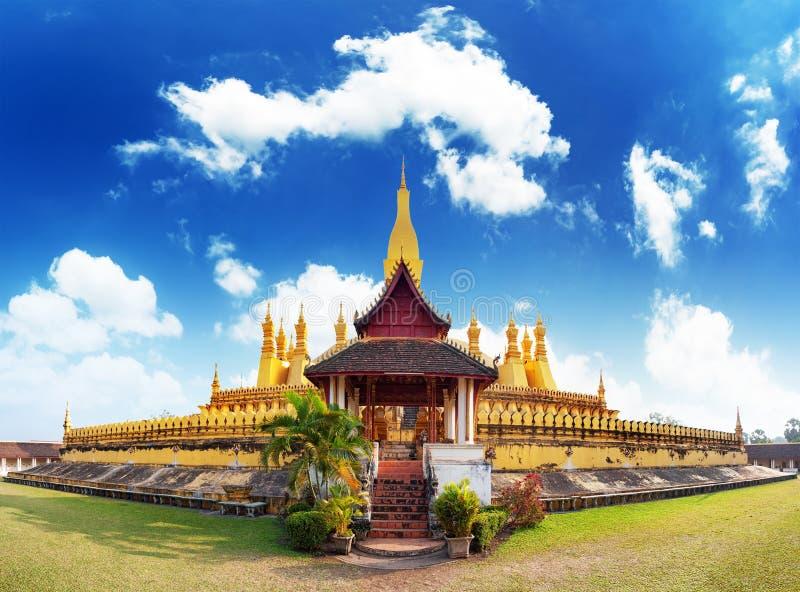 Señal del viaje de Laos, wat de oro Phra de la pagoda que Luang imagen de archivo