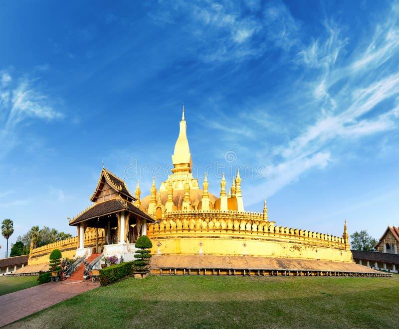 Señal del viaje de Laos, wat de oro Phra de la pagoda que Luang imagenes de archivo