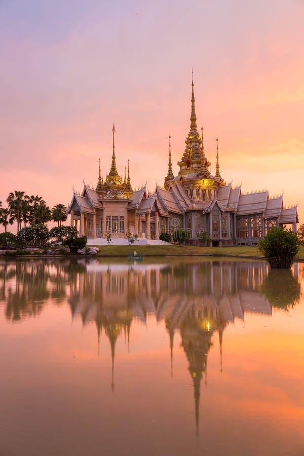 Señal del wat tailandesa con la reflexión de la sombra, puesta del sol en templo en Wat None Kum fotos de archivo libres de regalías