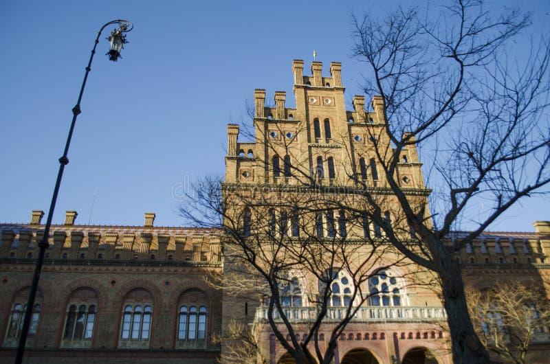 Señal en Chernivtsi, Ucrania, iglesia ortodoxa en la universidad la residencia anterior de los metropolitanos fotos de archivo