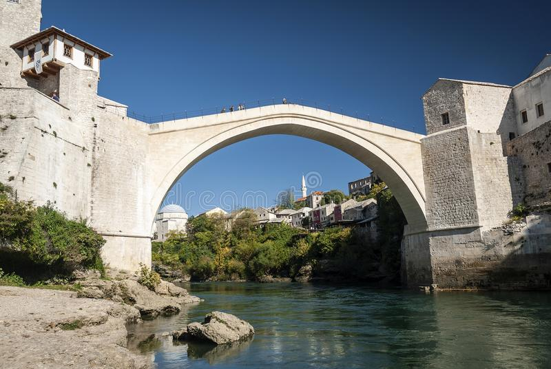 Señal famosa del puente viejo en la ciudad Bosnia y Herzegovina de Mostar fotografía de archivo libre de regalías