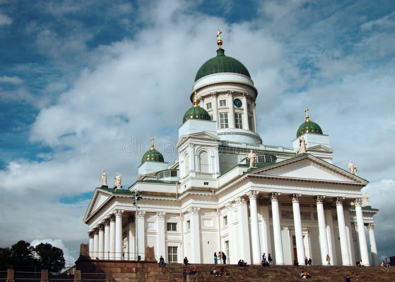 Señal famosa en capital finlandesa El cuadrado del senado con la catedral Lutheran, turistas se sienta en pasos fotografía de archivo