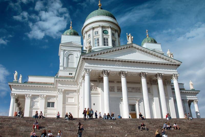 Señal famosa en capital finlandesa El cuadrado del senado con la catedral Lutheran, turistas se sienta en pasos foto de archivo