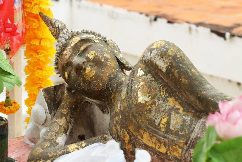 Señal histórica de mentira de la hoja de oro el dormir de la estatua antigua de Buda fotos de archivo libres de regalías