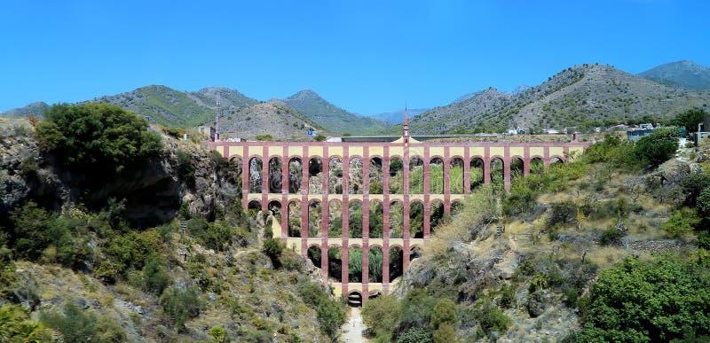 Señal histórica viejo Aqueduct Puente del Aguila o Eagle Bridge en Nerja, Andalucía, España fotografía de archivo libre de regalías