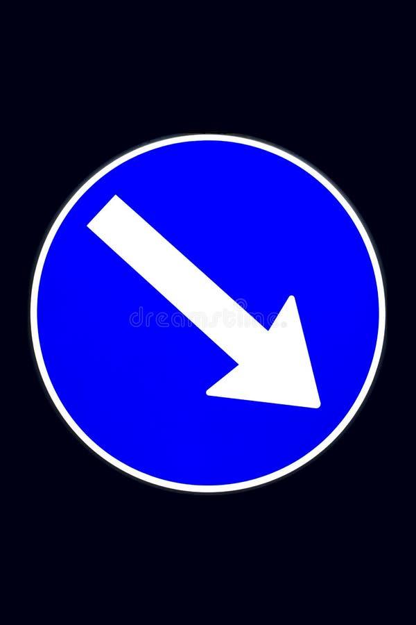Señal ligera: la obligación de pasar a la derecha, aislada imagen de archivo