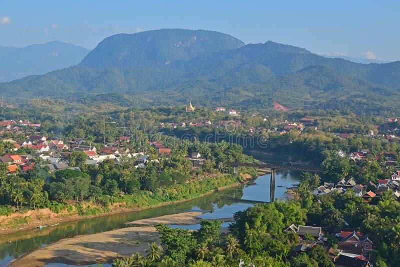 Señal local de Luang Prabang que pasa por alto Nam Khan River y la vecindad local con las montañas en el fondo foto de archivo libre de regalías