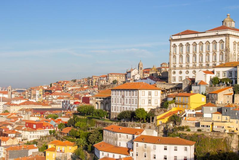 Señal panorámica de Oporto el día soleado Edificios viejos con los tejados del ladrillo rojo en Oporto, Portugal fotografía de archivo libre de regalías