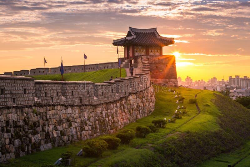Señal y parque de Corea después de la puesta del sol, arquitectura tradicional en Suwon, fortaleza de Hwaseong en la puesta del s foto de archivo