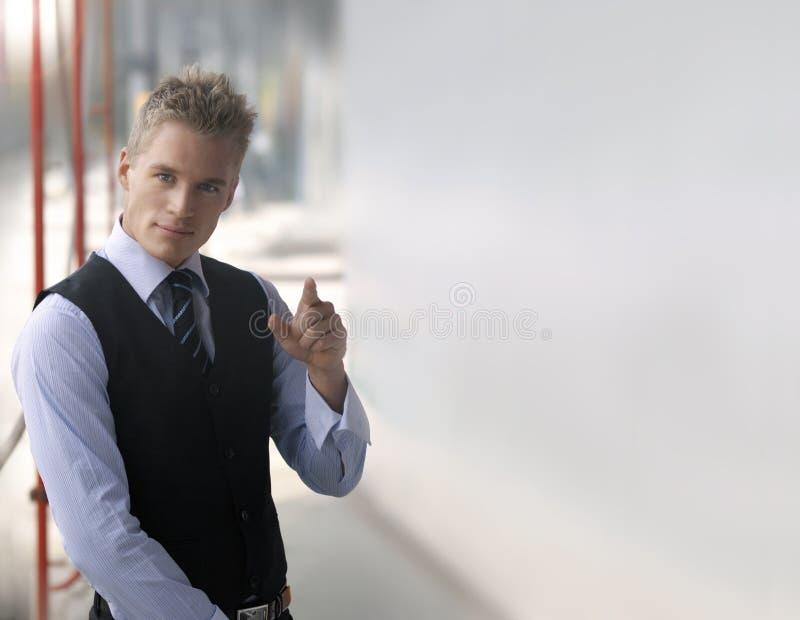 Señalar al hombre de negocios joven imagenes de archivo