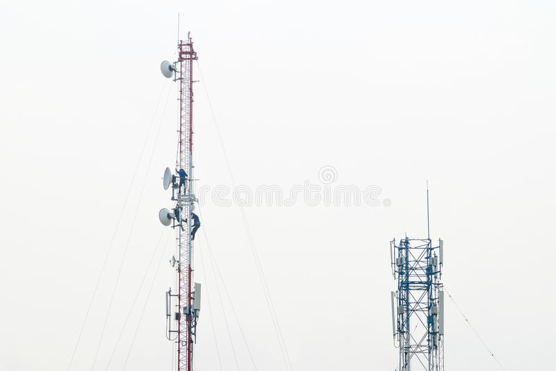 Señale la comunicación de la torre y el worke de trabajo del mantenimiento de la antena foto de archivo