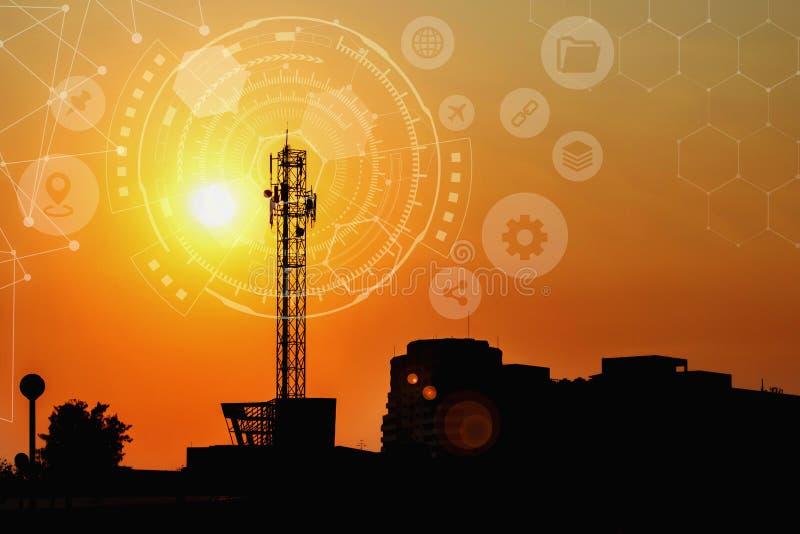 Señale la torre con el círculo de la tecnología, antena grande con el sol stock de ilustración