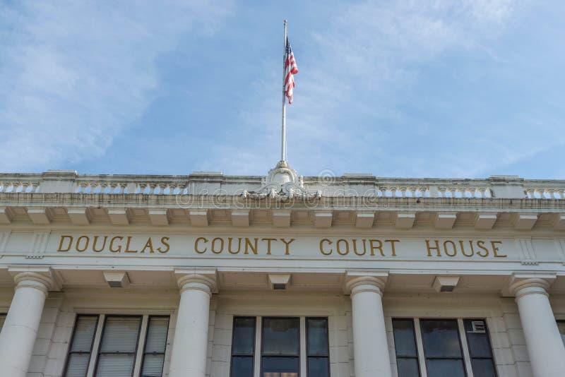 Señale volar por medio de una bandera sobre Douglas County Courthouse en Roseburg, Oregon foto de archivo libre de regalías
