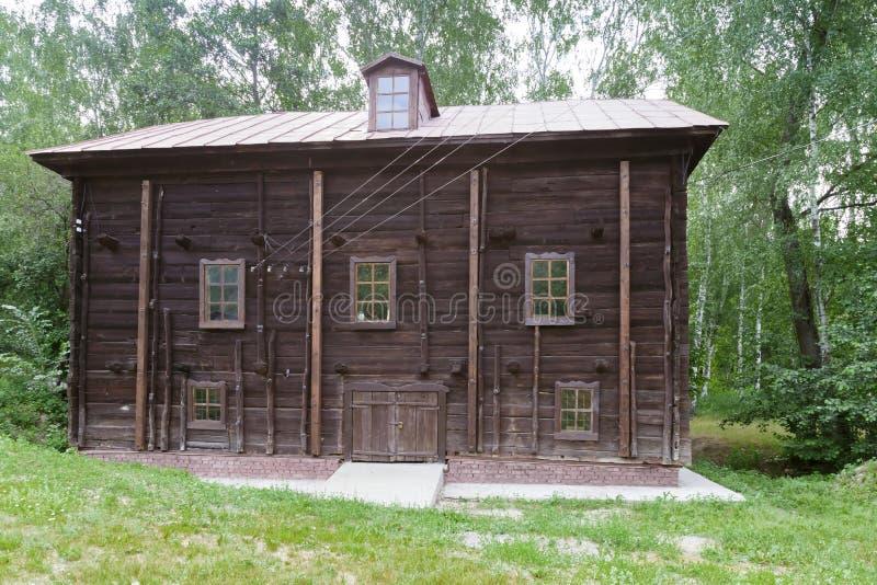Señales antiguas históricas de la región de Saratov, Rusia Una serie de fotos Molino de agua de madera restaurado viejo del siglo imagen de archivo