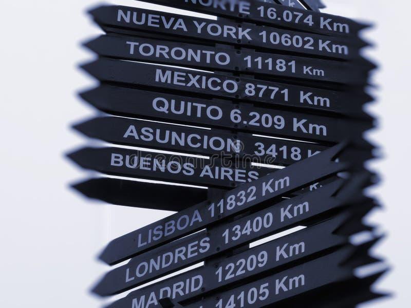 Señal De Localización: Señales De Dirección De La Localización Foto De Archivo