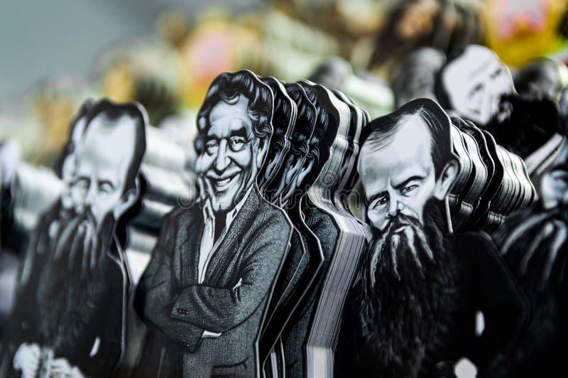 Señales de Gabriel Garcia Marquez y de Fyodor Dostoyevski en venta en el libro de Eskisehir favorablemente en Turquía foto de archivo