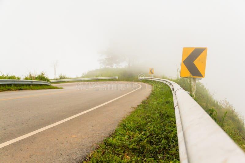 Señales de la niebla y de tráfico imagen de archivo libre de regalías