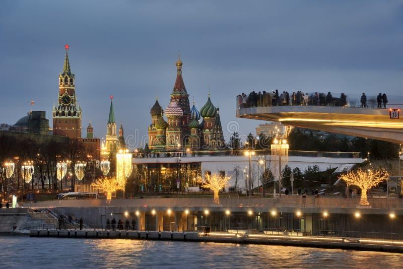 Señales de Moscú enmarcadas por las luces del parque de Zaryadye en crepúsculo imágenes de archivo libres de regalías