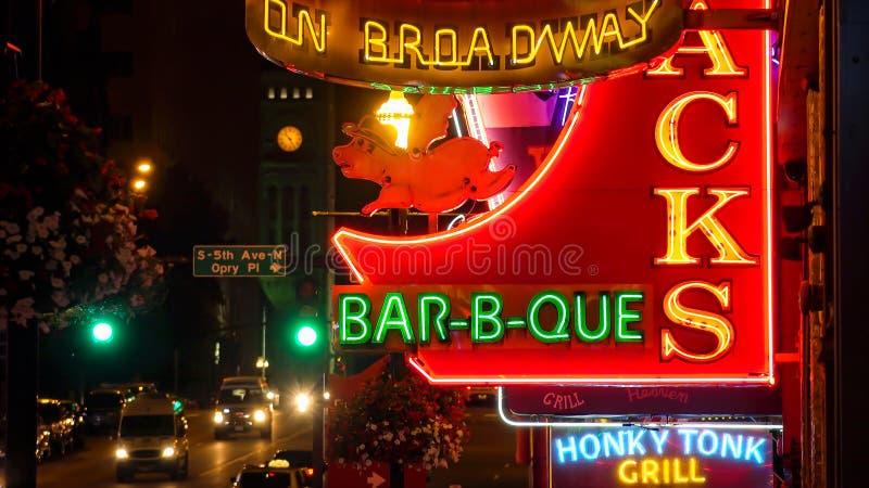 Señales de neón en la noche en la calle de Broadway en Nashville, Tennessee fotografía de archivo