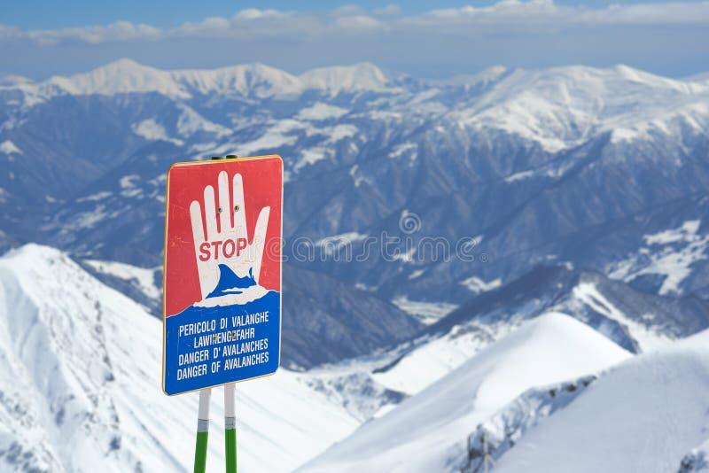 Señales de peligro de la avalancha en cuestas imagenes de archivo