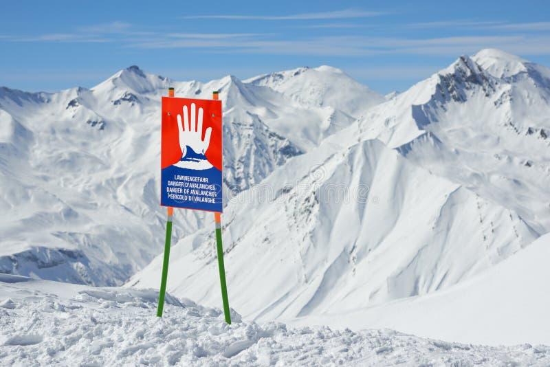 Señales de peligro de la avalancha en cuestas imagen de archivo