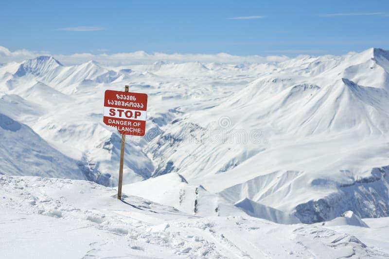 Señales de peligro de la avalancha en cuestas imágenes de archivo libres de regalías