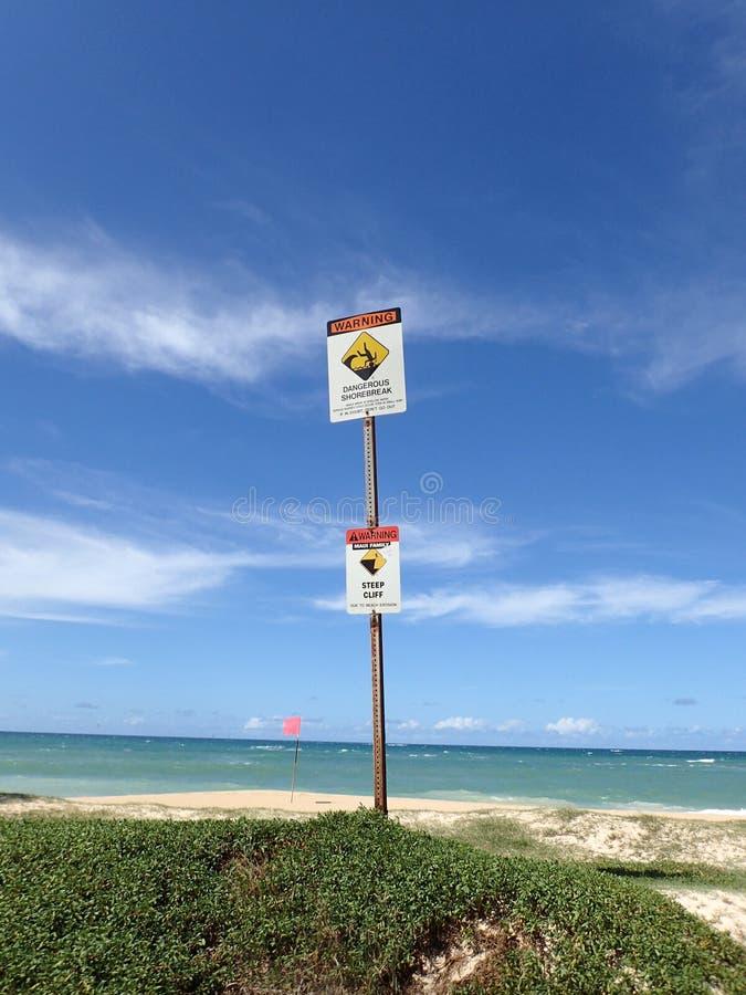 Señales de peligro en la playa de Maui foto de archivo