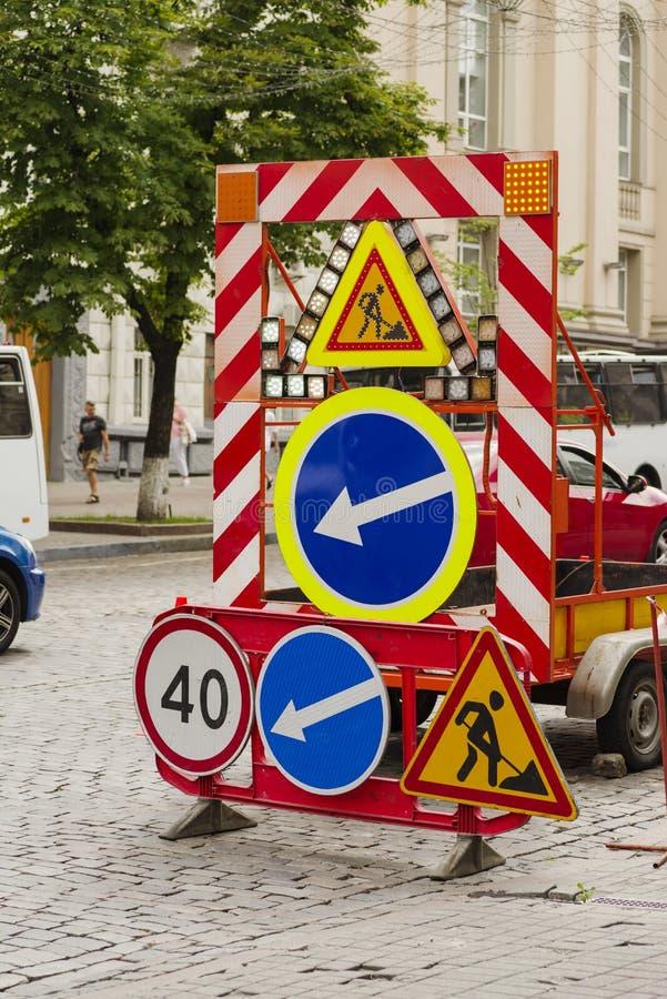 Señales de tráfico al reparar un camino fotografía de archivo