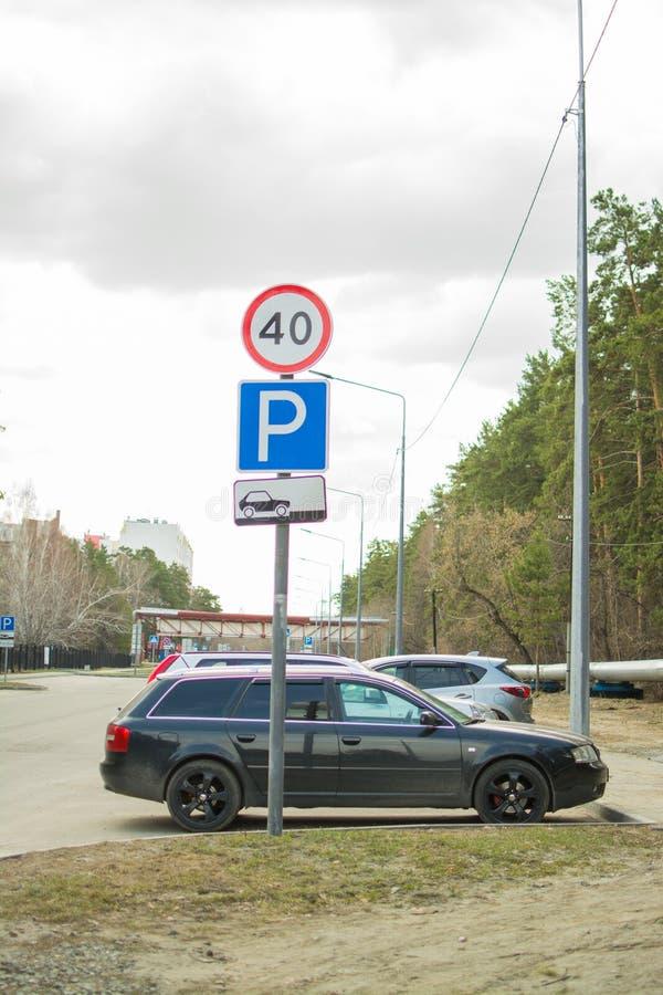 Señales de tráfico cerca del aparcamiento imagenes de archivo