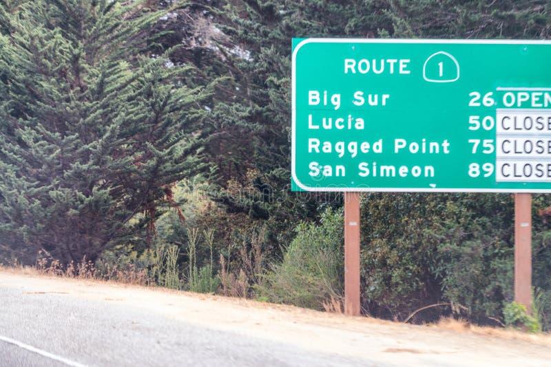 Señales de tráfico cerradas en Big Sur, California imagenes de archivo