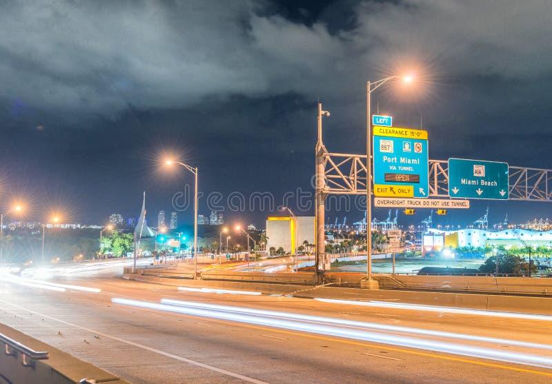 Señales de tráfico de la noche en Miami, la Florida foto de archivo libre de regalías