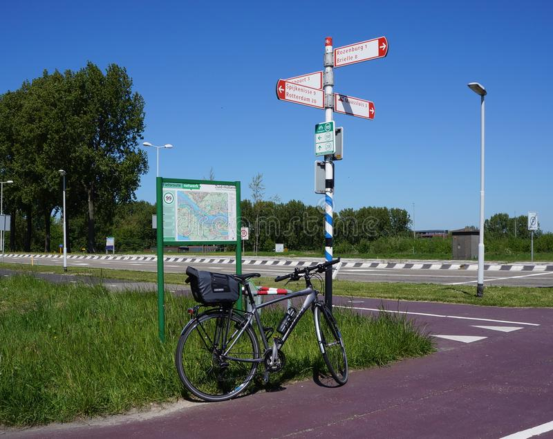Señales de tráfico de la red de la bicicleta en los Países Bajos fotografía de archivo