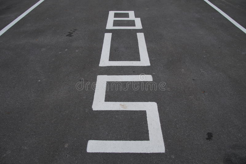 Señales de tráfico - ruta del autobús y estacionamiento - marca de camino imagenes de archivo