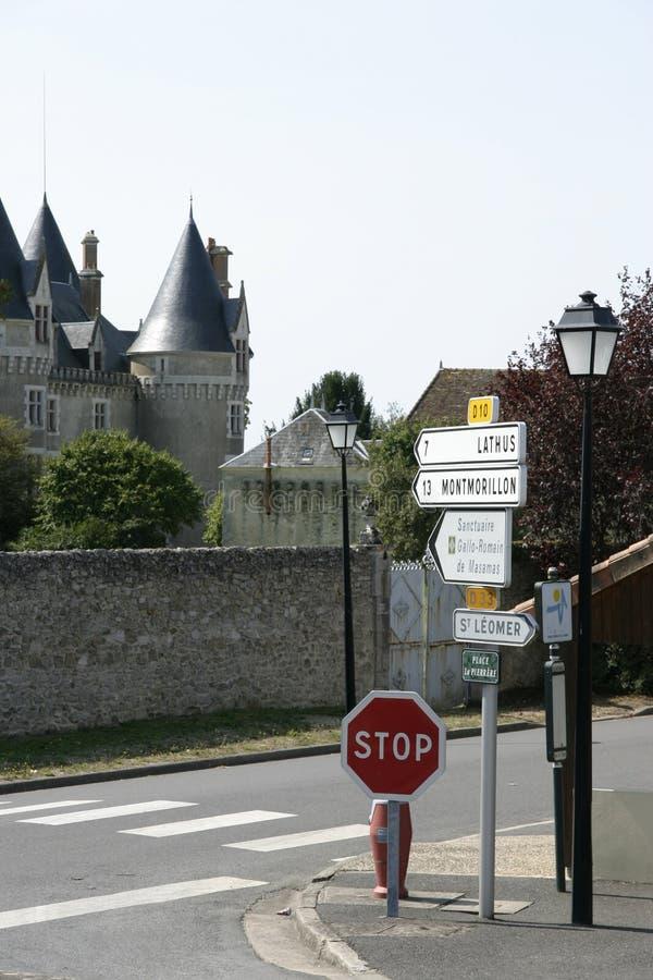 Señales de tráfico y Chateaux de Bourg-Archambault fotografía de archivo libre de regalías