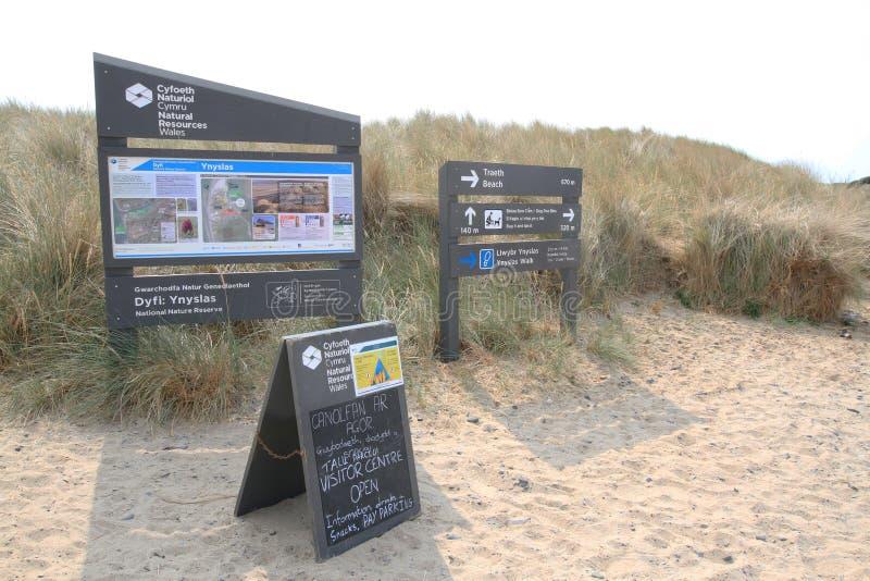 Señales e información de visitantes en las dunas de arena de Ynyslas foto de archivo libre de regalías