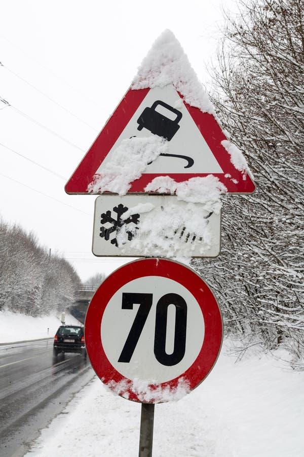 Señales y nieve de tráfico fotos de archivo