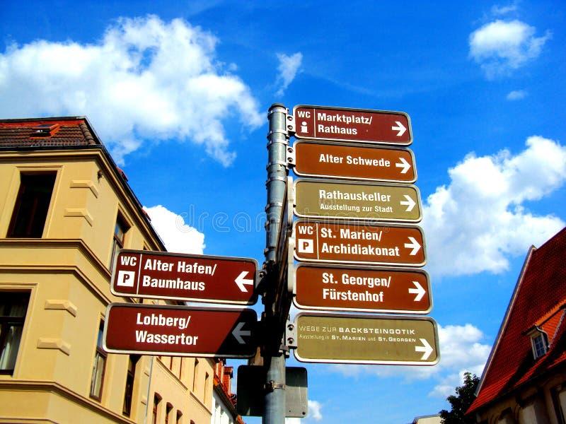 Señalice en Wismar con todas las atracciones turísticas para visitar la ciudad foto de archivo libre de regalías