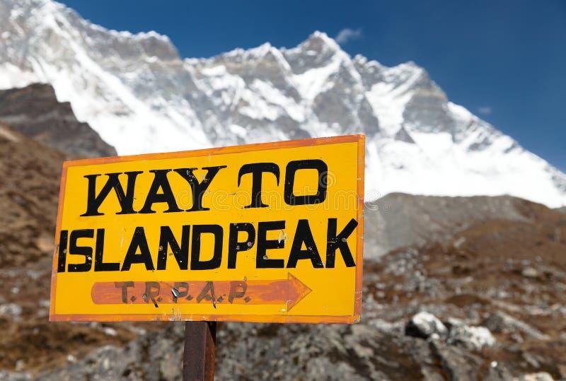 Señalice la manera al pico de la isla bajo pico de Lhotse imágenes de archivo libres de regalías