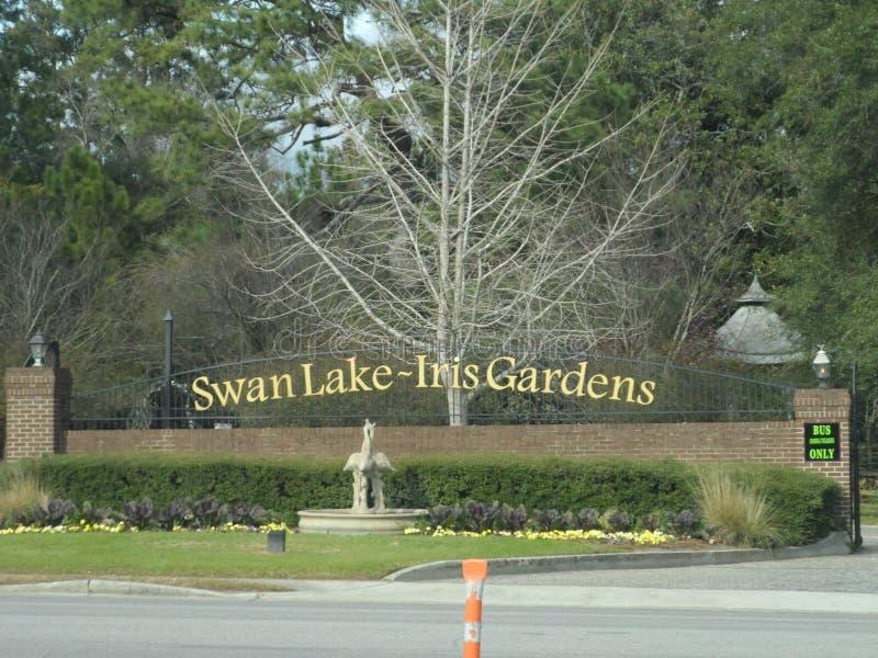 Señalización de Iris Gardens del lago swan foto de archivo