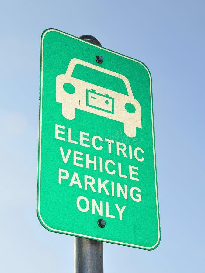 Señalización del estacionamiento del vehículo eléctrico imagen de archivo libre de regalías